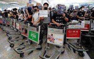 Les manifestants continuent de paralyser l'aéroport de Hong Kong