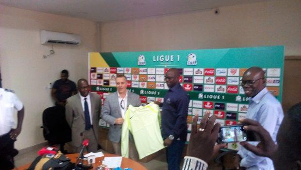 Ligue Guinéenne du Football Professionnel: Christophe Biez  offre un lot de matériels aux arbitres guinéens…